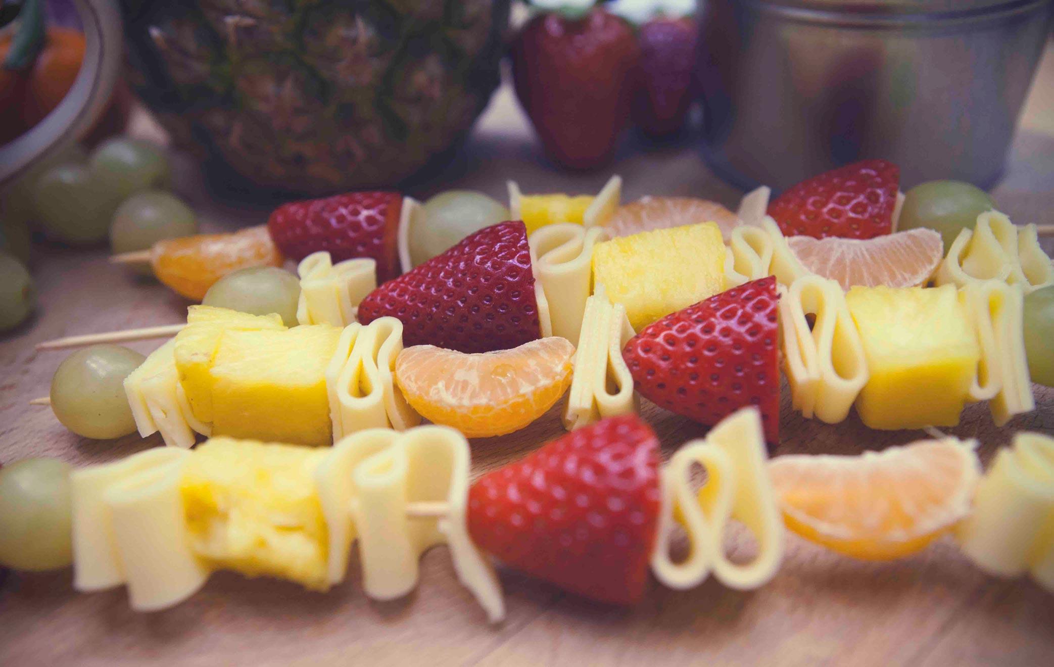 Postre ligero de brocheta de fruta
