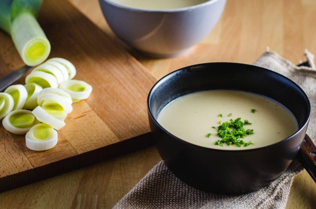 Vichyssoise sin lactosa, cómo hacer crema de puerros ligerita