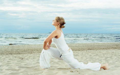 Rutina de ejercicios que puedes hacer en la playa sin moverte de la toalla