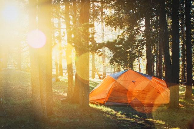 Comienza la temporada de las acampadas: qué llevar a un camping