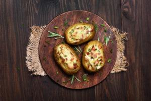 Patatas con queso y jamón.
