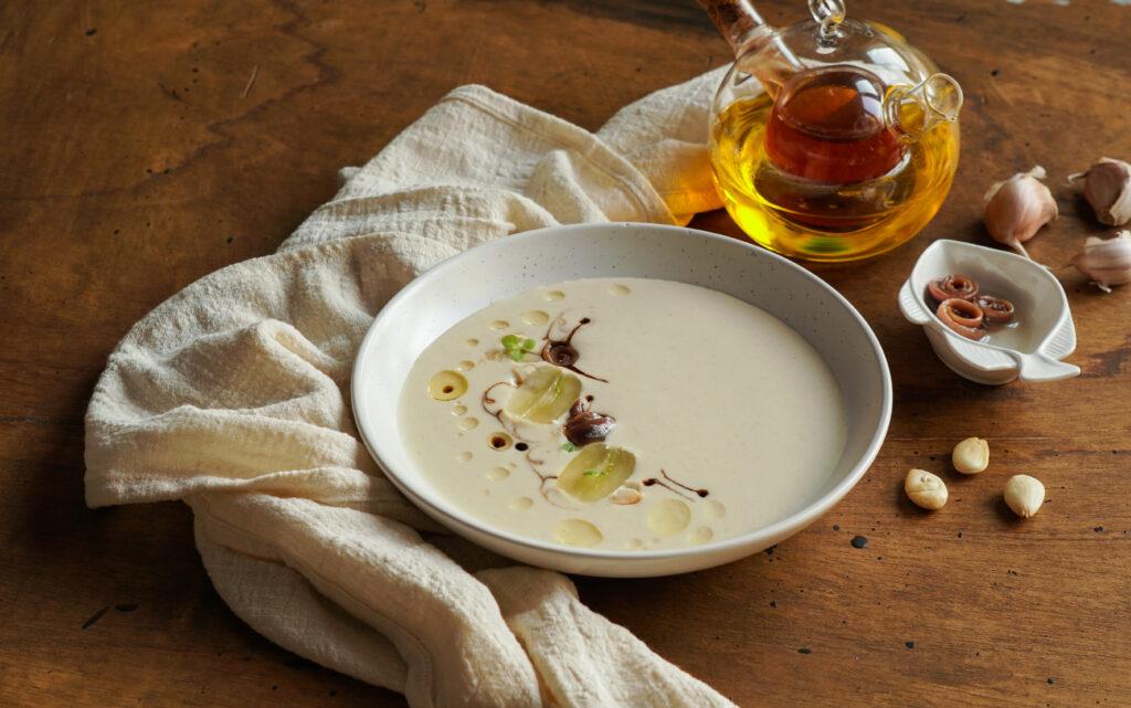 ¿Cómo se hace el ajoblanco? Prueba la receta madre de todas las sopas frías