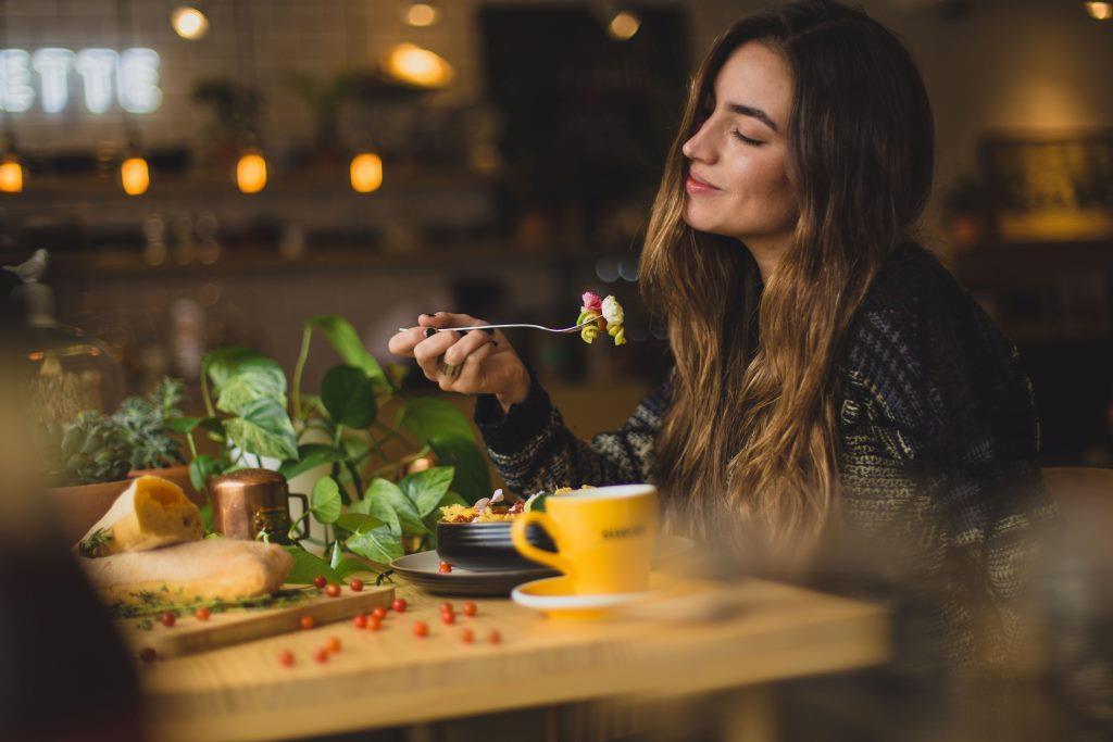 ¿Qué es la alimentación consciente? Comer despacio para sentirse más ligero